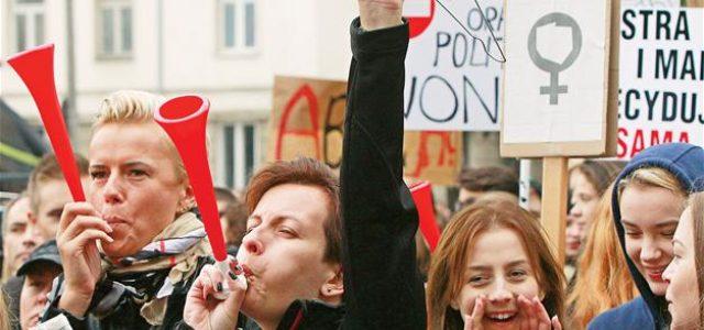Polonia: Más de 140.000 mujeres se manifiestan en contra de la ilegalización del aborto