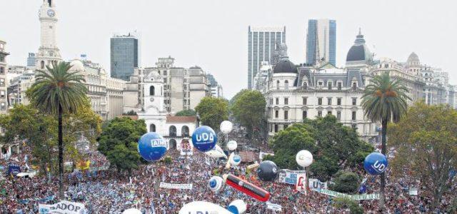 Argentina – CIENTOS DE MILES DE DOCENTES DE TODO EL PAÍS RECLAMARON EN PLAZA DE MAYO
