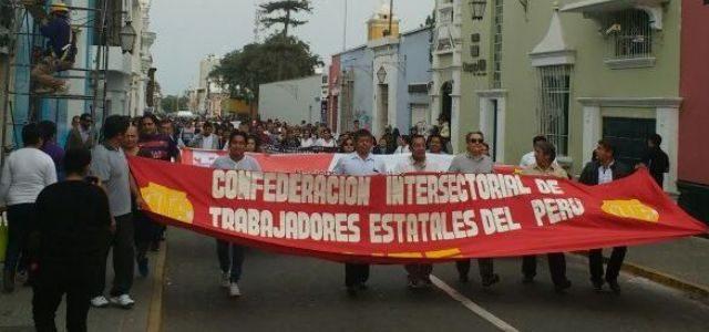Estatales peruanos salen a la calle a reclamar aumento en las pensiones