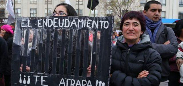"""Chile – DEUDORES DEL CAE: LOS NUEVOS """"REHENES"""" DE UNA POLÍTICA PÚBLICA QUE SOLO BENEFICIA A LA BANCA"""
