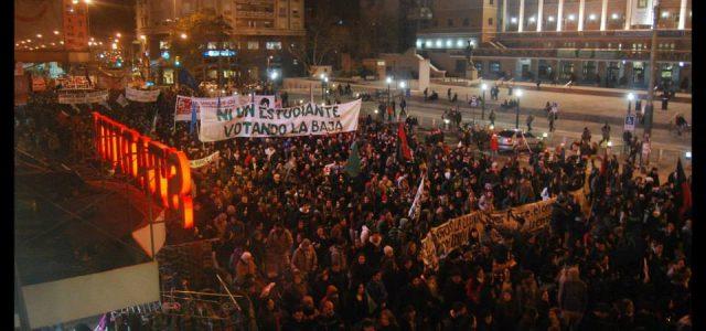 Uruguay –Miles de jóvenes recordaron a los mártires estudiantiles y reclamaron por presupuesto para la educación