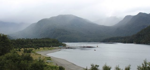 Chile – Denuncian funcionamiento ilegal y contaminación de salmoneras en Aysén