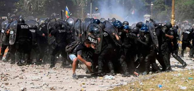 Argentina  – Macri aprueba la reforma de las pensiones desatando una brutal represión