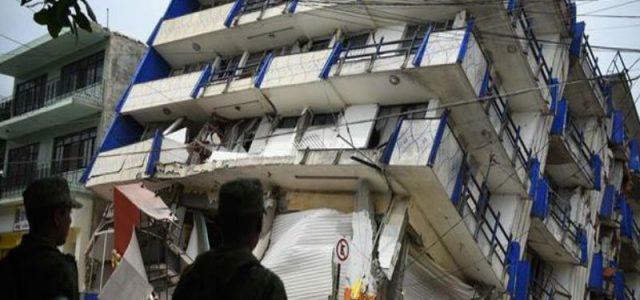 México – Conversaciones con trabajadores junto a edificio colapsado