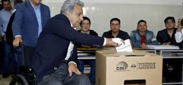 Ecuatorianos suprimen la relección indefinida en una consulta popular