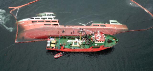 """Chile – Con resguardo militar y dinero público navega contaminante """"Barco salmonero fantasma"""" que nadie quiere recibir"""