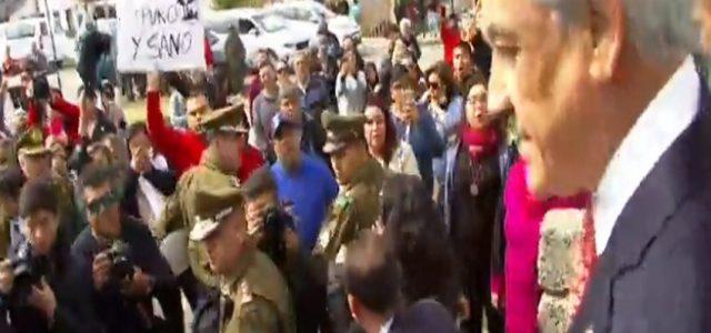 Chile – Fuertes protestas y gritos de asesino es recibido Piñera en Quintero, tuvo que escapar por puerta lateral de hospital