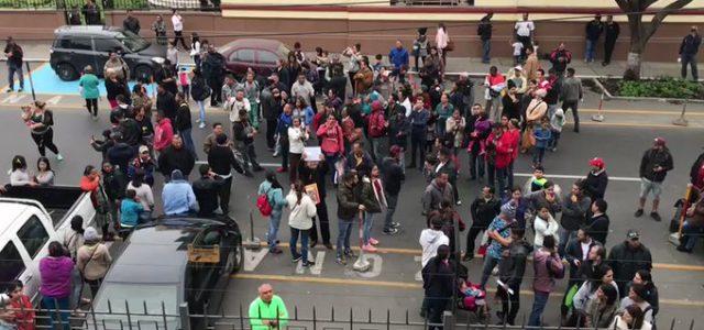 Cientos de venezolanos rodean embajada de Venezuela en Lima-Peru pidiendo volver a su país