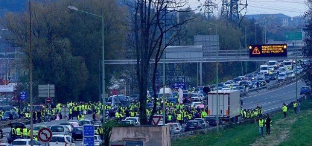 El presidente de Francia retrocede ante manifestaciones masivas