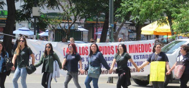 Trabajadores del sector público rodean la Intendencia Regional en Valparaíso