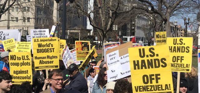 Ciudadanos estadounidenses marchan en Washington exigiendo a Trump detener la agresión contra Venezuela.