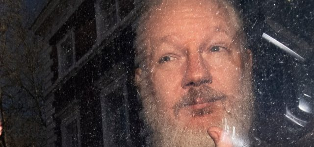 """Correa acusa a Moreno de cometer un """"crimen"""" por entregar a Assange"""