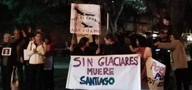 Entre protestas se realizó reunión de Anglo American en Lo Barnechea