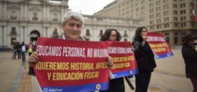 COLEGIO DE PROFESORES REALIZA CLASE PÚBLICA DE EDUCACIÓN FÍSICA FRENTE A LA MONEDA
