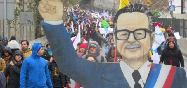 Más de 20 mil profesores y profesoras marcharon hasta el Congreso Nacional desafiando el frío y la lluvia