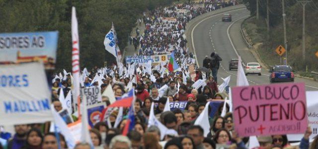 Multitudinaria marcha de profesores y profesoras hacia el Congreso Nacional