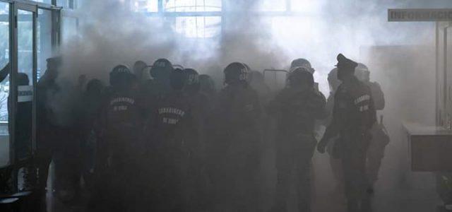 Carabineros reprime manifestación pacífica de docentes en Intendencia de Valparaíso