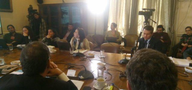 Mujeres activistas expresan su rechazo al TPP en el Senado. Plebiscito ciudadano se extiende hasta el 21 de julio