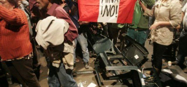 Perú – Policía disparaba contra dos manifestantes en protesta contra proyecto minero