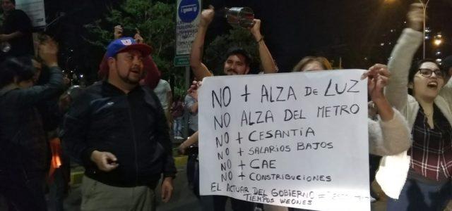 Gobierno de Piñera en banca rota: Impone Estado de Emergencia para frenar ola de protestas sociales ante las alzas y el modelo neoliberal.