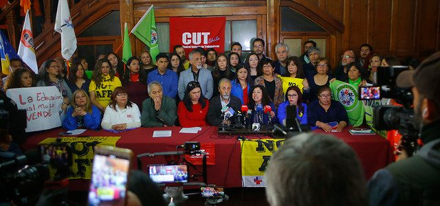 Convocan a huelga general para este martes en Chile