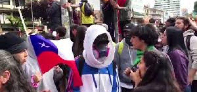 """""""No son 30 pesos, son 30 años"""": Masivas protestas en Chile denuncian décadas de crisis social generada por el neoliberalismo"""