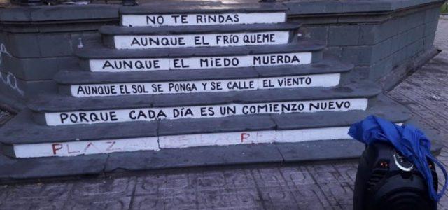 Talca – Profesor apresado y multado por escribir poema de Mario Benedetti en la escalera del odeón de la Plaza de Armas