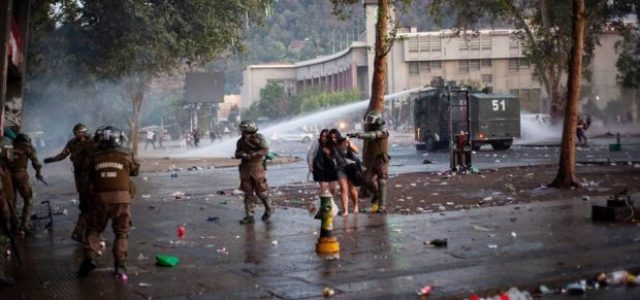 A las 6 de la mañana del miércoles 1 de enero, los carabineros volvieron a reprimir en Plaza de la Dignidad / Un joven herido