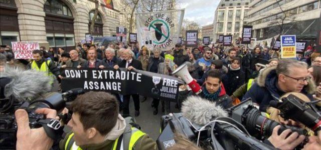UK: SE INICIÓ LA FARSA JUDICIAL CONTRA JULIAN ASSANGE