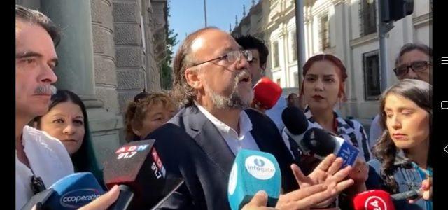 En las puertas de la Intendencia reiteran querella de Unidad Social contra Guevara y rechazan a senadores «opositores» cómplices con el gobierno que no asistieron a la acusación constitucional.