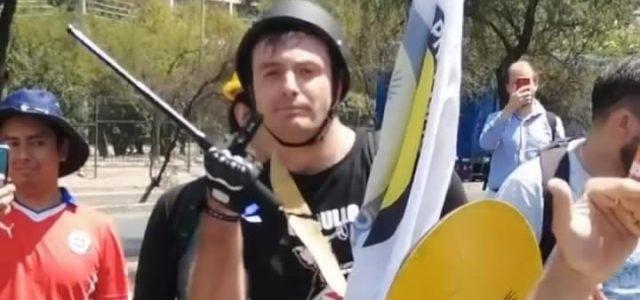 Neonazis que se juntaron en Escuela Militar para rechazar una Nueva Constitución golpearon y asaltaron a periodistas de The Clinic