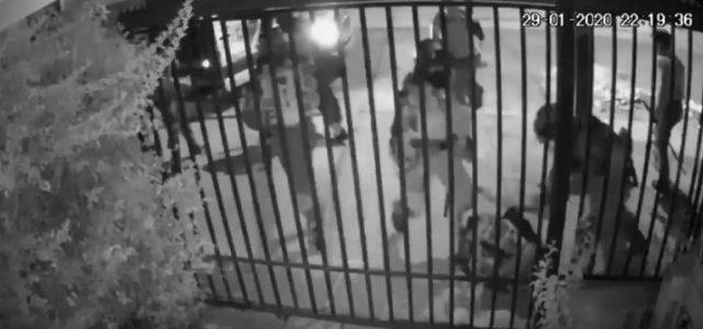 VIDEO: 7 pacos criminales golpearon en el suelo a una persona y lo dejaron botado en la calle
