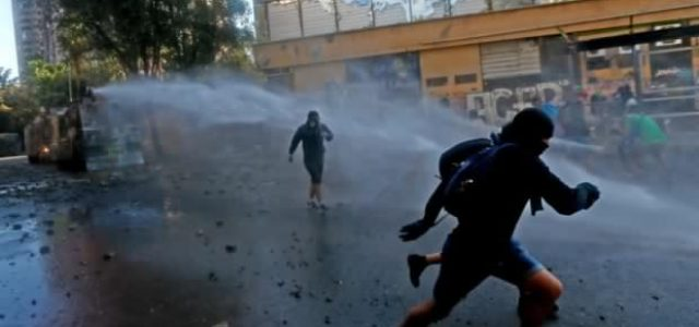 """El """"Súper Lunes"""" culmina con incidentes y protestas en las calles y Metro de Santiago"""