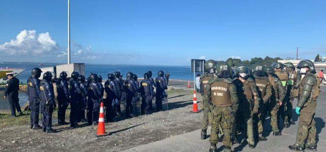 Carabineros y marinos rompen Aduana Sanitaria Social en Chiloé para que circulen camiones salmoneros