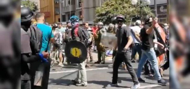 """Video muestra a los fascistas de la marcha por el RECHAZO llamando a """"esconderse detrás de Carabineros"""""""