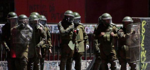 15 dirigentes sindicales detenidos /Carabineros llevan a la Comisaría a manifestante y su hijo menor en Plaza de la Dignidad